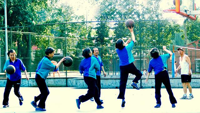 当大妈不跳广场舞改玩篮球 就问你怕不怕