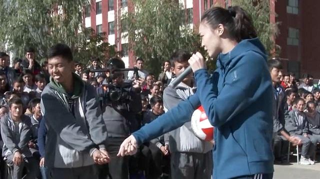 世界冠军亲手教排球,孩子们都震惊了