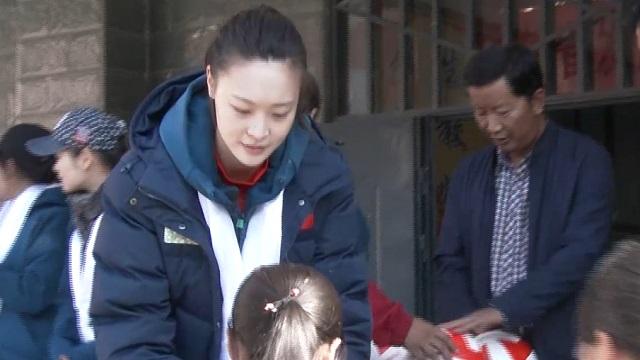 爱心满满!元气少女惠若琪给孩子们赠送排球