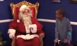 有爱  布冯变身圣诞老人为小朋友送惊喜