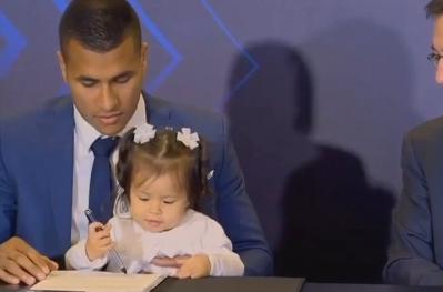 这一幕太暖了  穆里略带着小女儿与巴萨签约