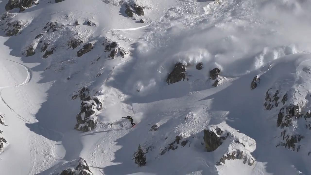 作大死!滑雪炫技引发雪崩,逃生堪比大片