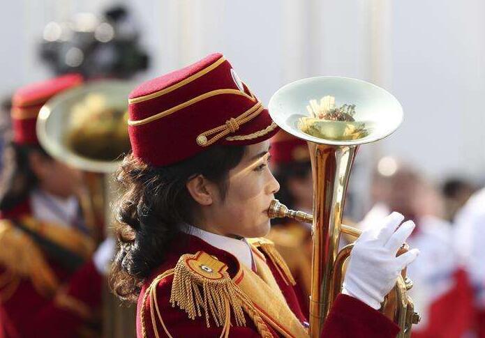 朝鲜代表团入村引围观  奥运村唱响阿里郎