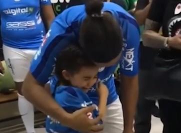 偶像的力量  小女球迷见到小罗喜极而泣